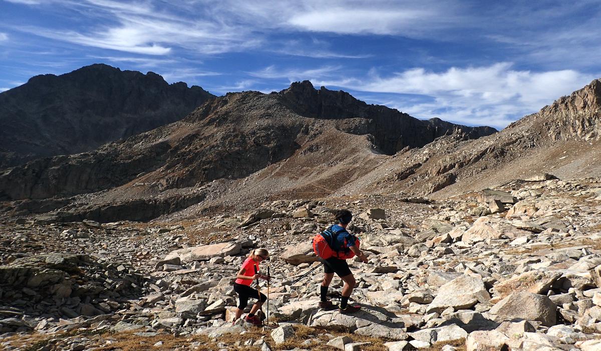 randonneurs en montagne au dessus du lac négre dans la Vésubie